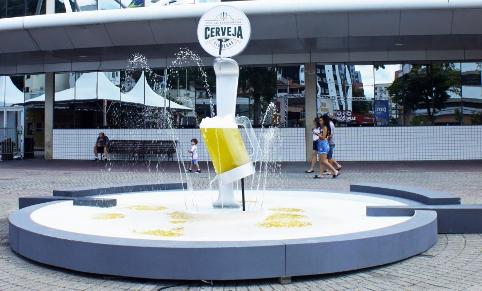 """La """"fontana della birra"""" fuori dall'ingresso a Blumenau"""