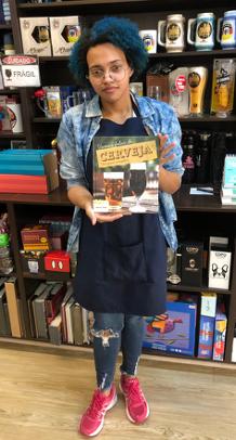 Una perplessa dipendente di una libreria di Blumenau