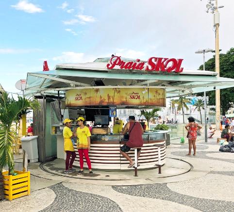 Uno stand della Skol sulla spiaggia di Copacabana a Rio de Janeiro